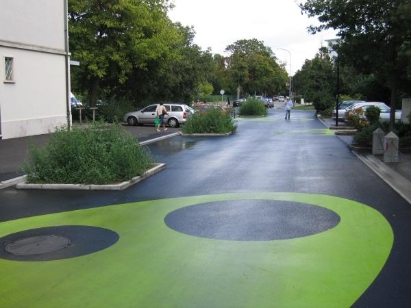 Le marquage au sol donen l'impresion de pénétrer dans un espace public. Source: Rue de l'Avenir