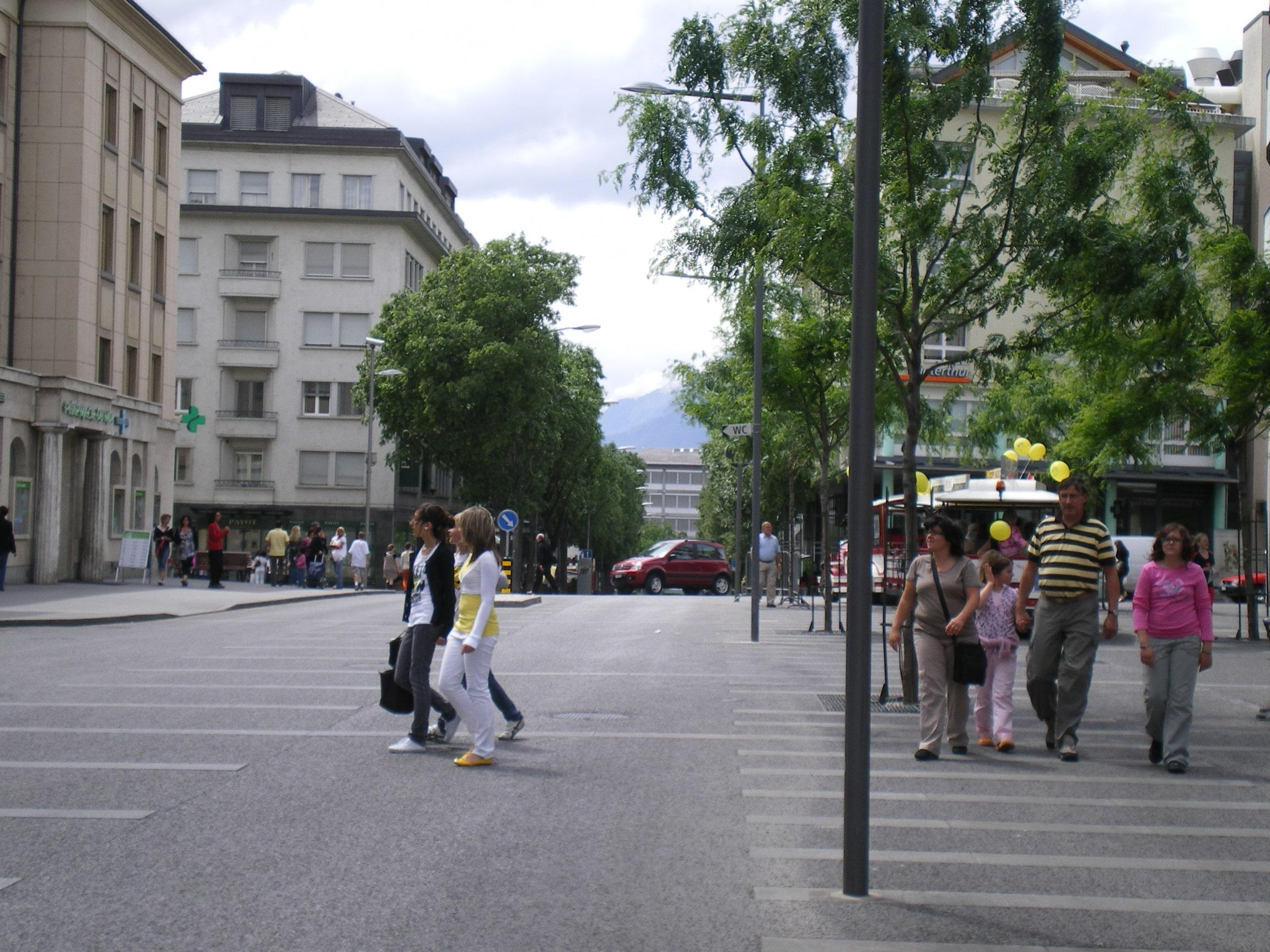 Fussgänger- und Fahrbereich durch Bäume und Laternen abgetrennt. Quelle: Sonia Lavadinho